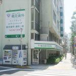 「どこにどんな医院があるか」を告知する壁面サインで通行人からの認知度が大幅アップ!